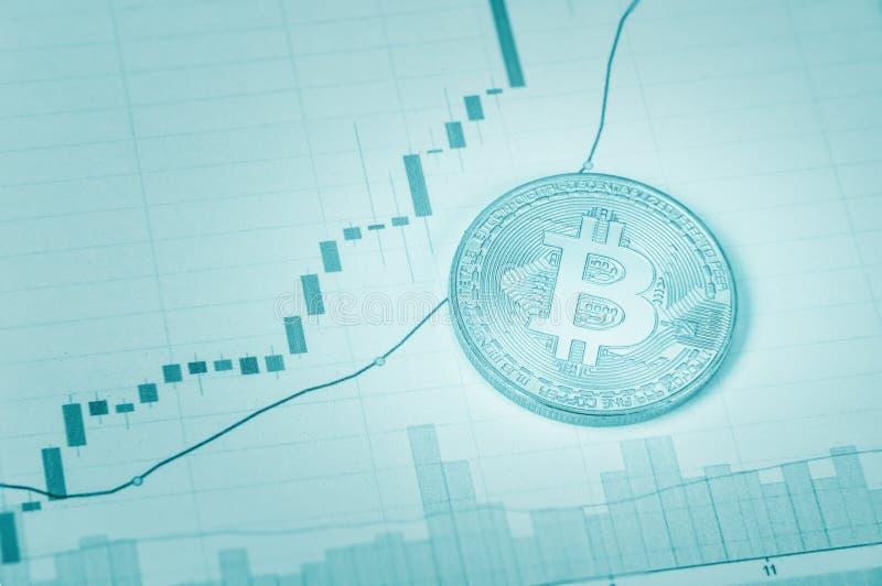 Bitcoin op document grafiek stock afbeeldingen