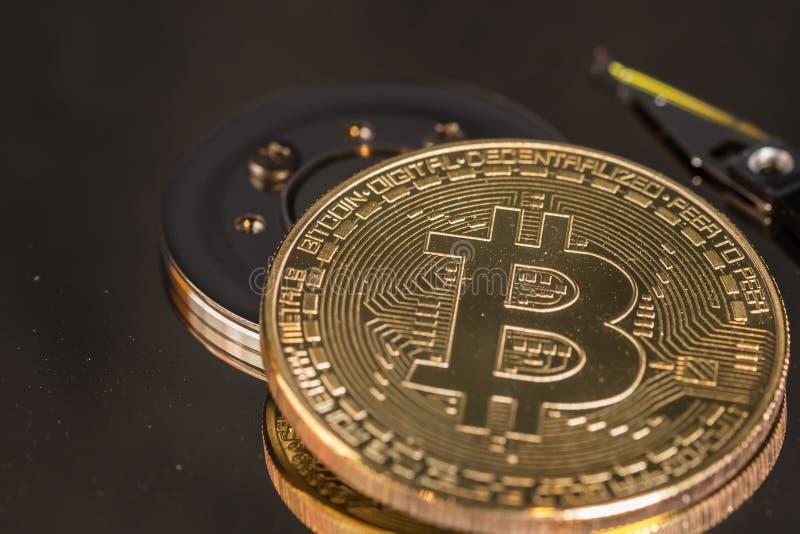 Bitcoin op harde schijf stock foto