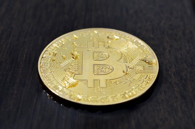 Bitcoin op houten achtergrond stock fotografie