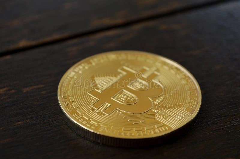Bitcoin op houten achtergrond royalty-vrije stock afbeelding