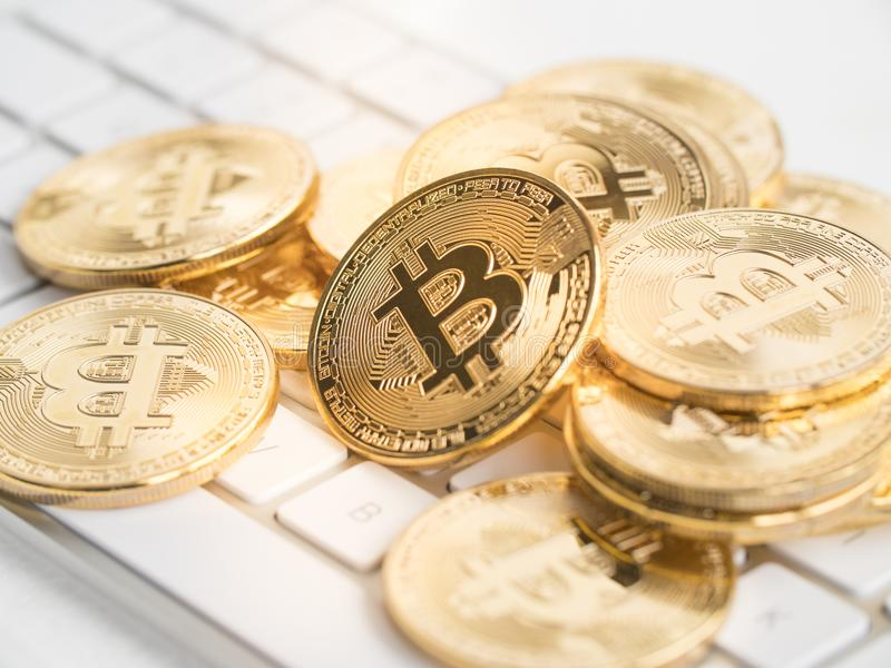 Bitcoin op toetsenbord stock fotografie