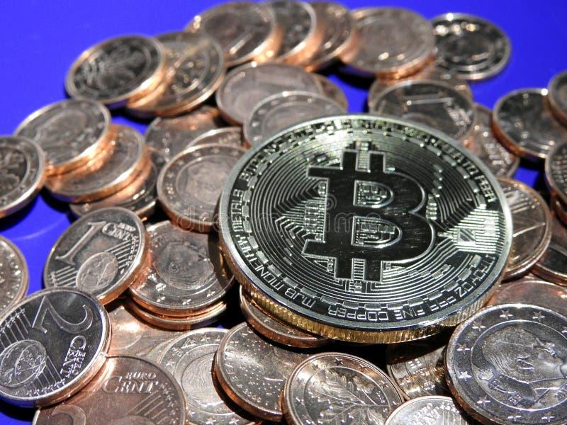 Bitcoin på högen av eurocent royaltyfria foton