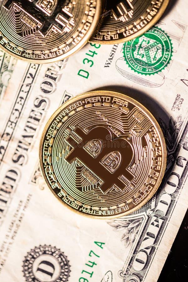 Bitcoin på omoderna dollarräkningar arkivbild
