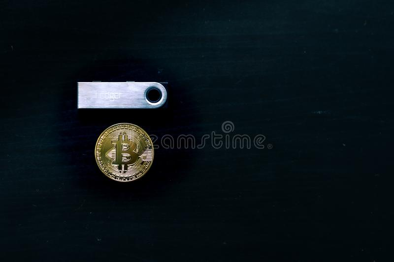 Bitcoin physique se reposant sous un portefeuille froid s?r nano du registre S photo stock