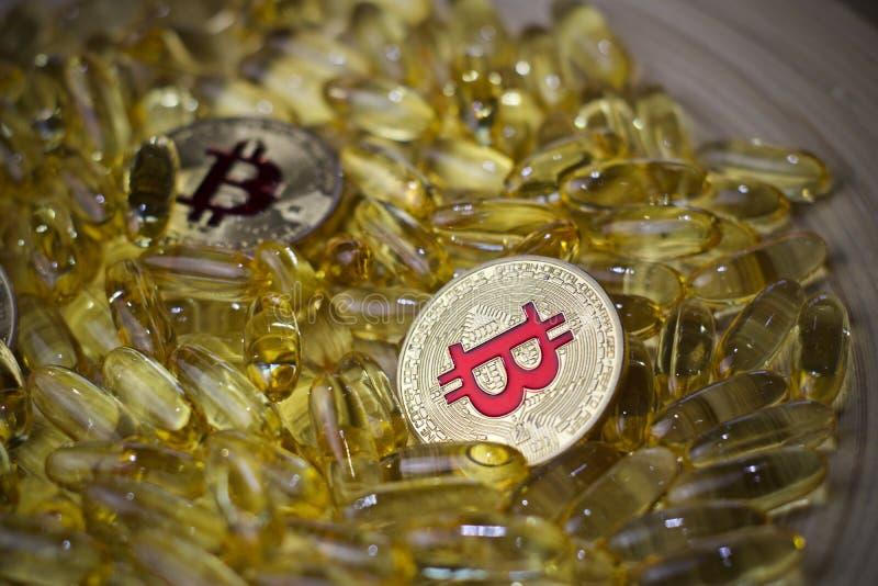 Bitcoin pigułki i moneta obrazy stock