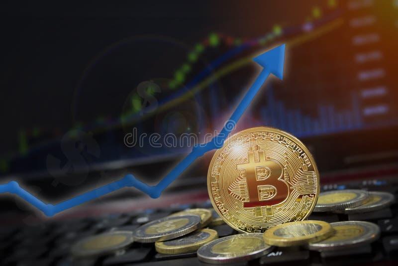 Bitcoin pil upp för ökande värde och finansiellt uppsvingbegrepp Vinster och framgång i crypto bitcoininvesteringar kopiera avstå arkivbild