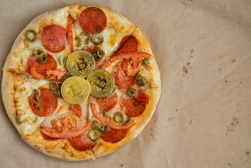 Bitcoin pizzy dzień 22 Maj Cryptocommunity wakacje pojęcie kupienie pizza z bitcoin obraz royalty free