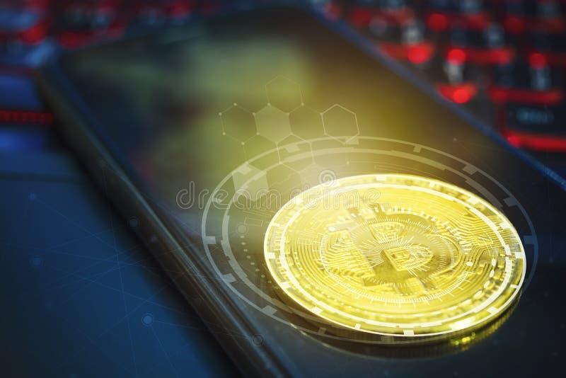 Bitcoin pojęcie Złoty bitcoin na pustym wisząca ozdoba ekranie na laptopie obraz royalty free
