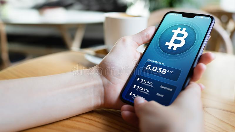 Bitcoin portfla interfejs na smartphone ekranie Cryptocurrency zapłaty i blockchain technologia obrazy stock