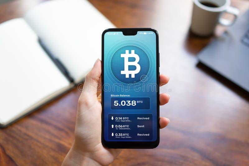Bitcoin portfla interfejs na smartphone ekranie Cryptocurrency zap?aty i blockchain technologia obraz stock