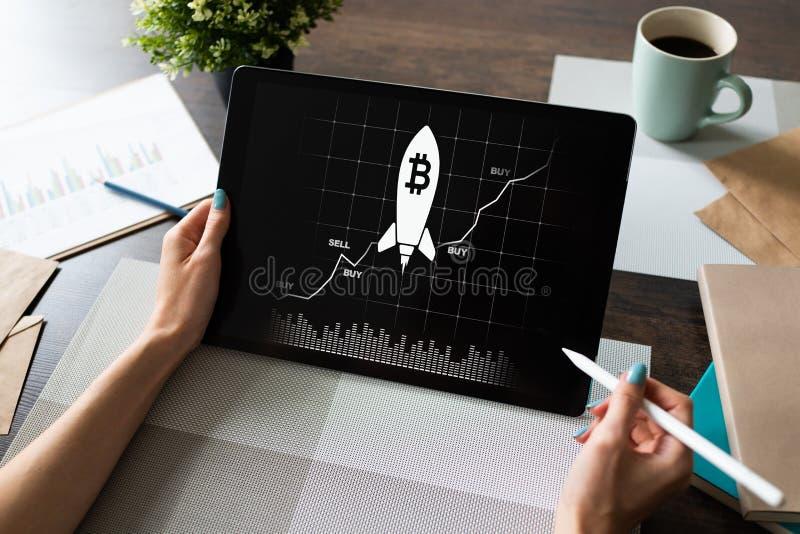 Bitcoin przyrosta rakiety ikona na ekranie cryptocurrency i blockchain pojęcie zdjęcie royalty free