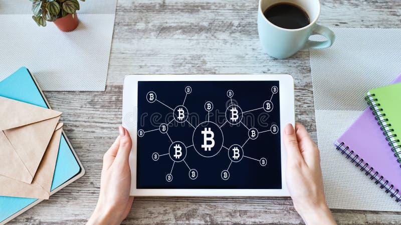 Bitcoin przyrosta rakiety ikona na ekranie cryptocurrency i blockchain poj?cie obraz royalty free