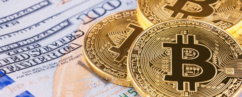 Bitcoin que pone en fondo del banco del dólar americano en tamaño panorámico de la cubierta de la bandera imagen de archivo