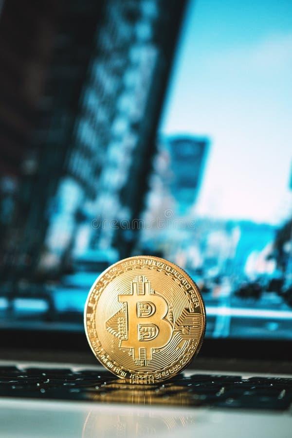 Bitcoin que se coloca en un cuaderno, concepto del bitcoin, fondo del negocio, cryptocurrency, blockchain imagen de archivo libre de regalías