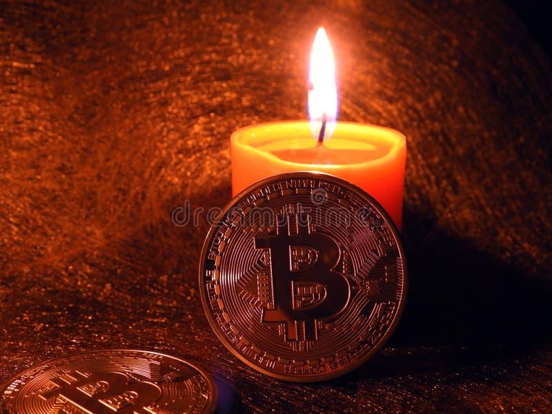 Bitcoin que se inclina en vela fotografía de archivo libre de regalías