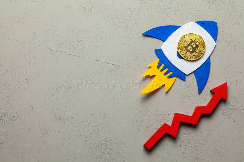Bitcoin rakieta z cryptocurrency monetą lata w górę Przyrost cryptocurrency rynek i tempo Bitcoin zdjęcia royalty free