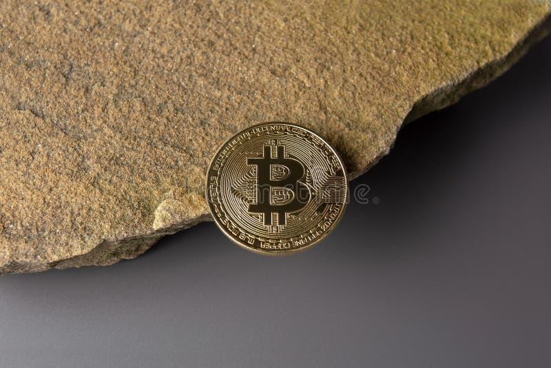 Bitcoin am Rand einer Klippe einzeln stockfoto
