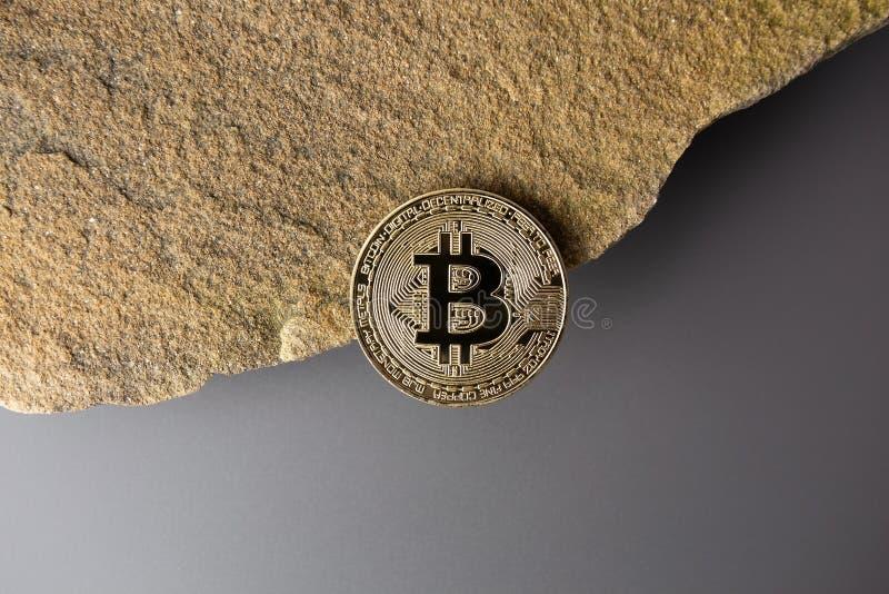 Bitcoin am Rand eines Felsens/einer Klippe lizenzfreies stockbild