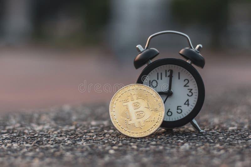Bitcoin-Schwarzwecker auf Steinboden lizenzfreie stockfotos
