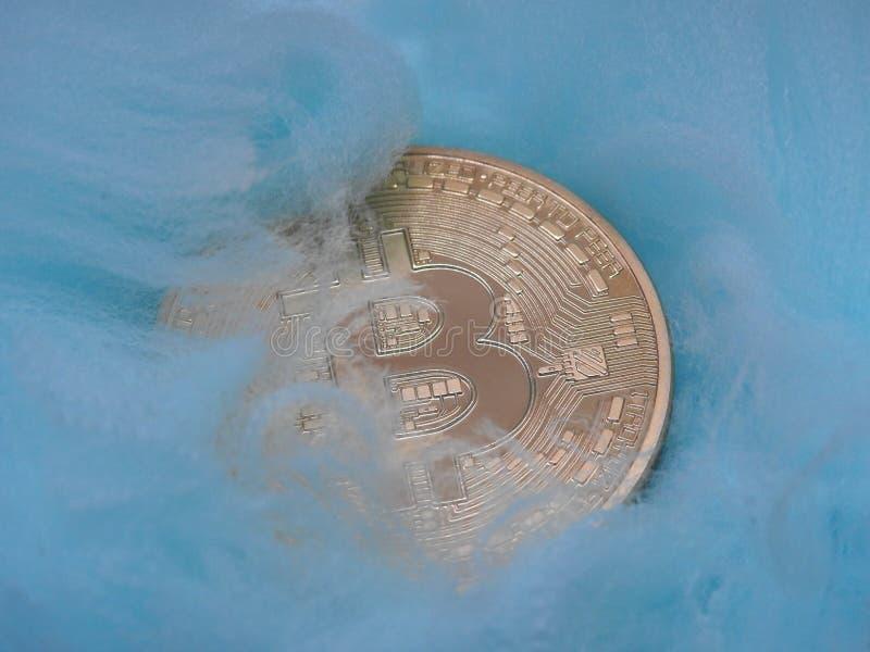 Bitcoin se acuesta en una manta fotos de archivo