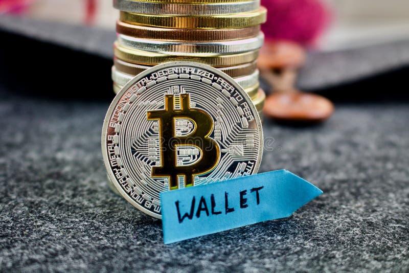 Bitcoin silvermynt och blåttpil royaltyfri foto