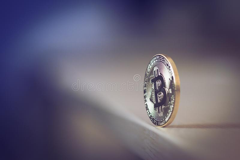 Bitcoin simple se tenant au bord de la table photo stock
