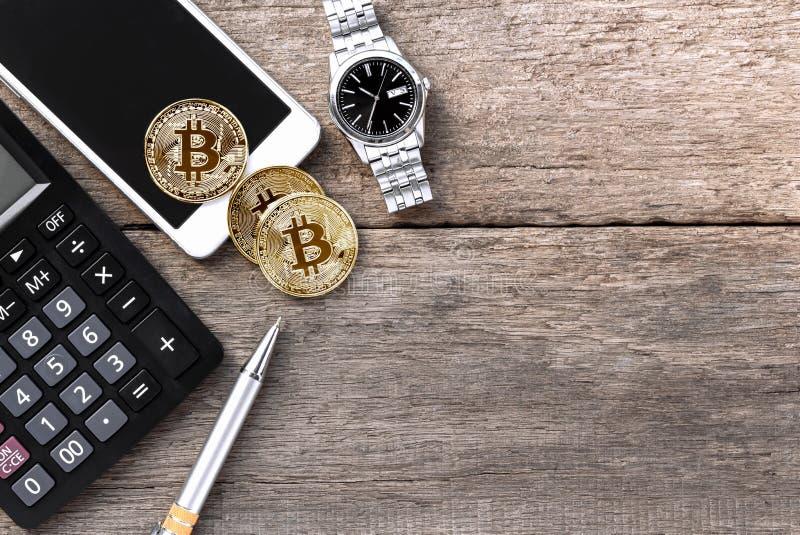 Bitcoin, smartphone, y calculadora en la tabla de madera virtual imagenes de archivo