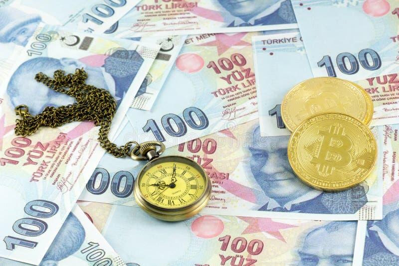 Bitcoin sobre cédulas turcas com relógio de bolso foto de stock