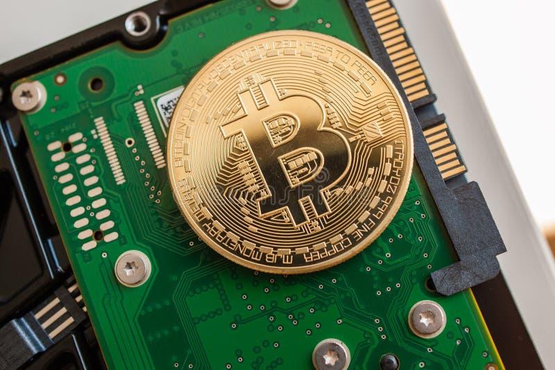 Bitcoin sobre a movimentação de disco rígido rápida do computador foto de stock