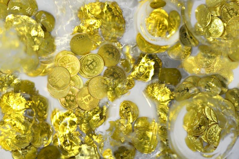 Bitcoin som kraschar i vatten royaltyfria foton