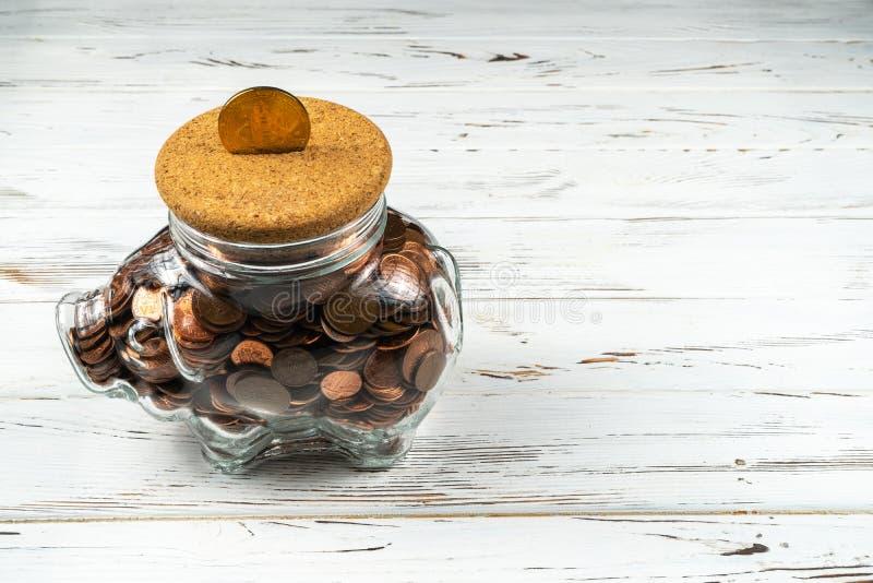 Bitcoin sopra un porcellino salvadanaio di vetro Immagine concettuale per il cryptocurrency mondiale ed il sistema di pagamento d immagine stock libera da diritti