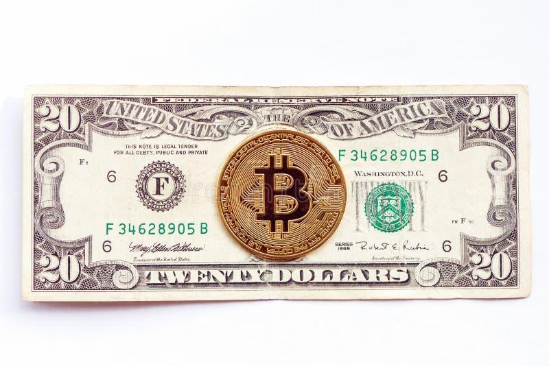 Bitcoin sui precedenti della banconota in dollari venti Cryptocurrency contro economia tradizionale fotografia stock