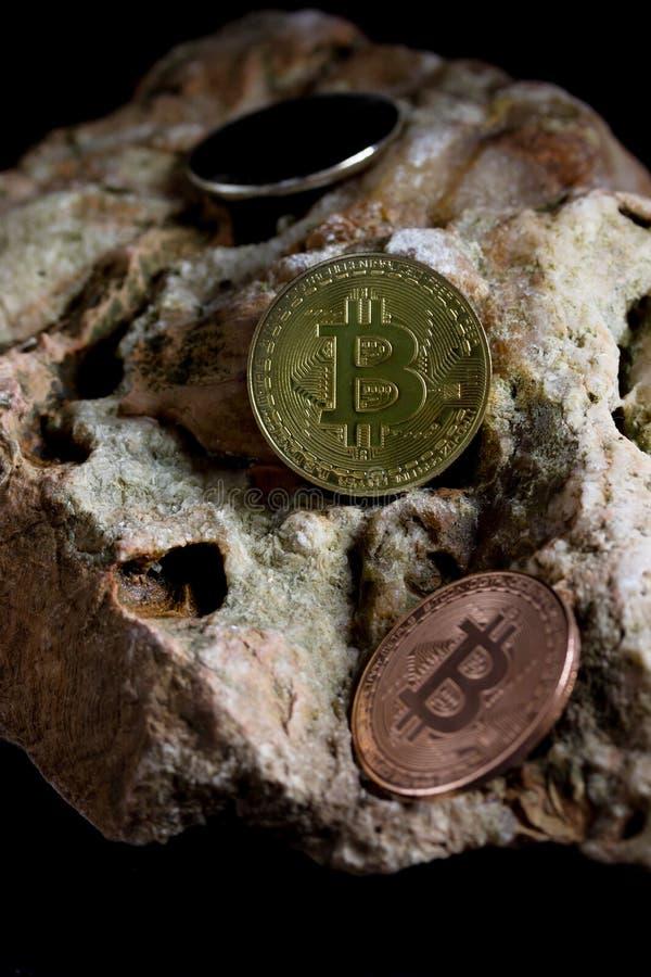 Bitcoin sulla roccia è soldi digitali per l'investitore immagini stock