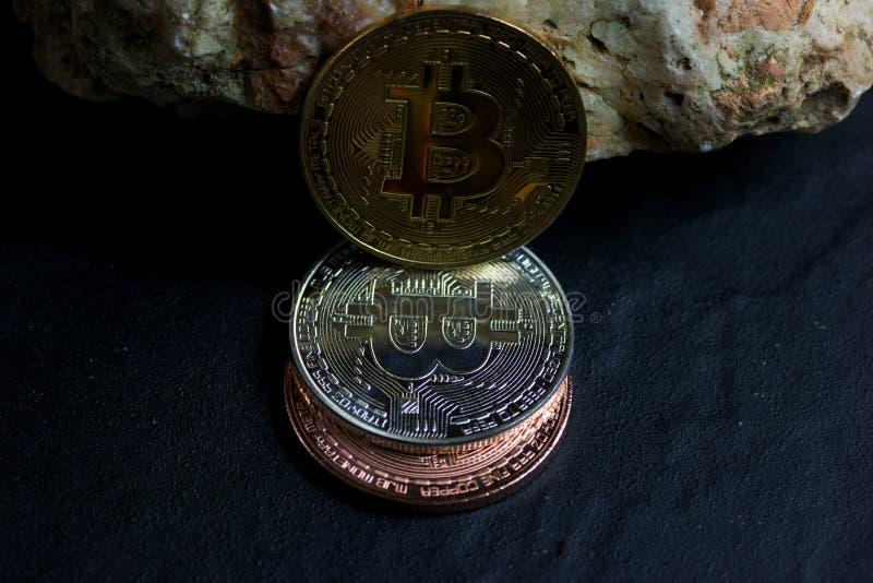 Bitcoin sulla roccia è soldi digitali per l'investitore immagini stock libere da diritti