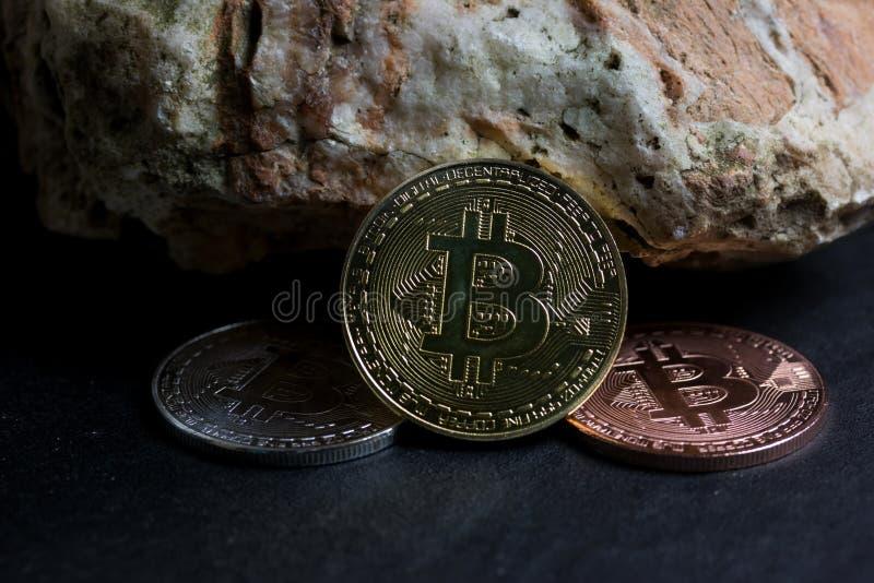 Bitcoin sulla roccia è soldi digitali per l'investitore fotografia stock