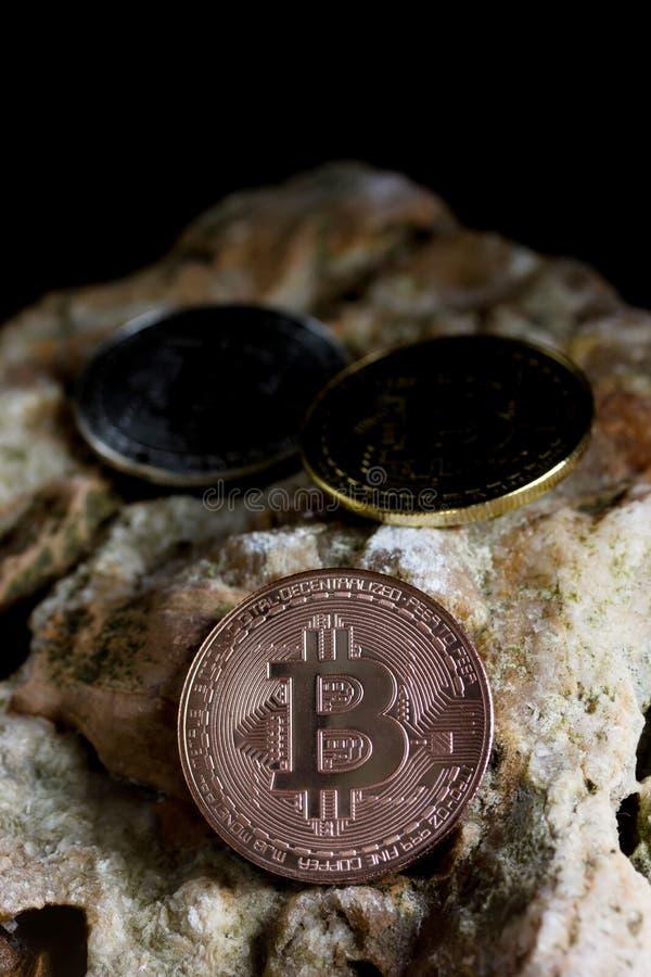 Bitcoin sulla roccia è soldi digitali per l'investitore fotografie stock libere da diritti