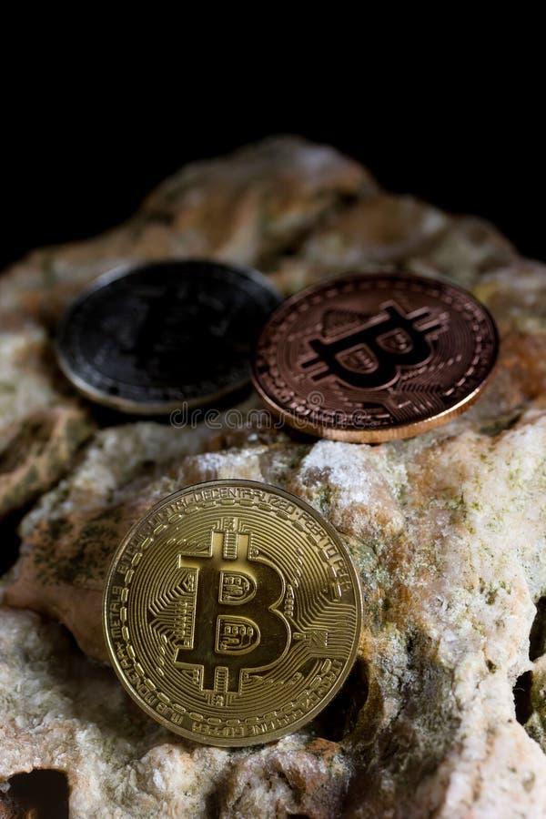Bitcoin sulla roccia è soldi digitali per l'investitore immagine stock