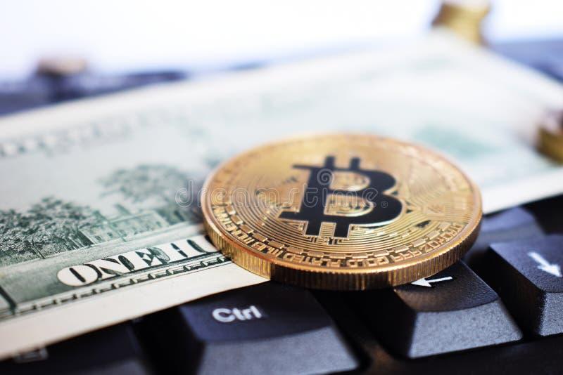 Bitcoin sulla tastiera del compuer nel fondo, nel simbolo di soldi virtuali elettronici e nel concetto estraente di cryptocurrenc fotografie stock