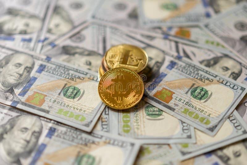 Or Bitcoin sur cent billets d'un dollar Bitcoin sur dollar US affiche le concept d'échange d'argent électronique Plan rapproché photographie stock libre de droits