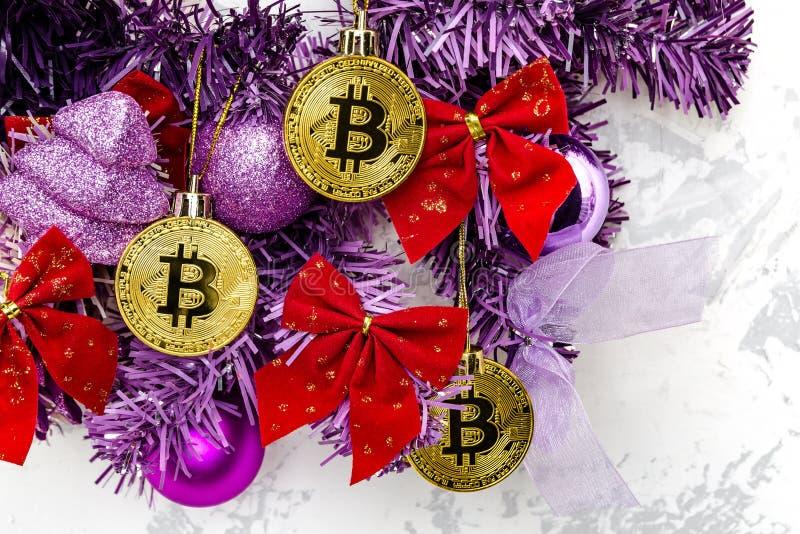Bitcoin sur l'arbre de Noël - le concept d'un cadeau réussi photos stock