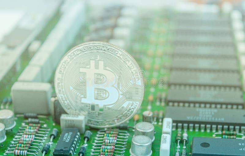 Bitcoin sur la carte électronique photo stock
