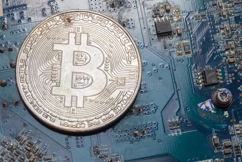 Bitcoin sur la carte électronique photo libre de droits