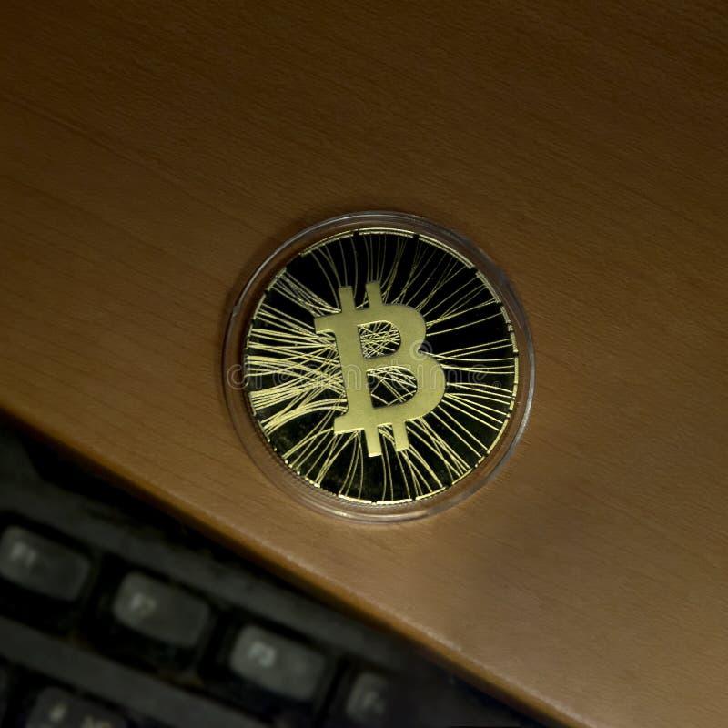 Bitcoin sur le clavier de bureau photos libres de droits