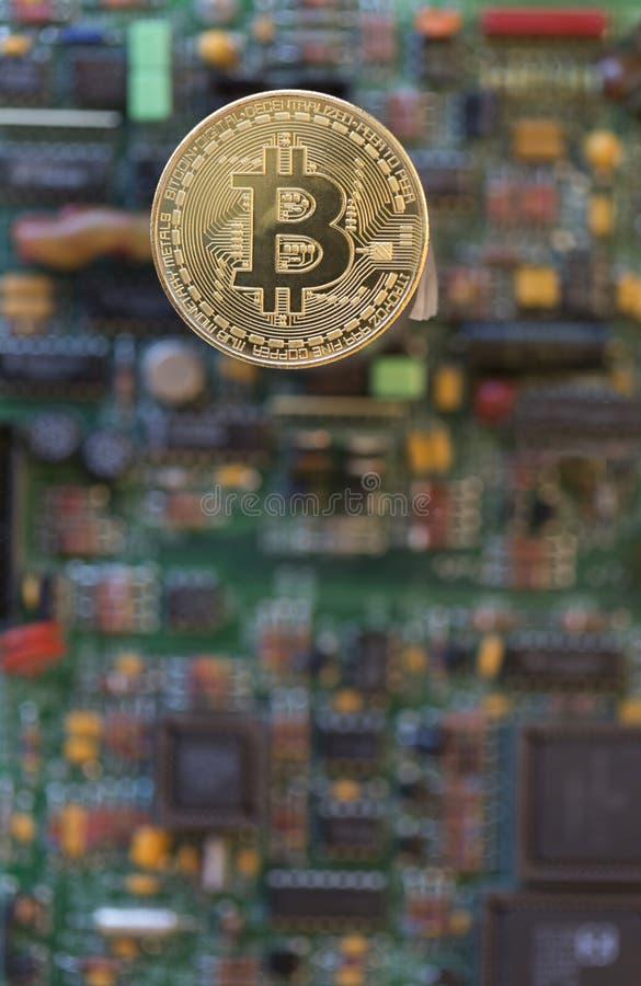 Bitcoin sur le fond électronique photographie stock libre de droits