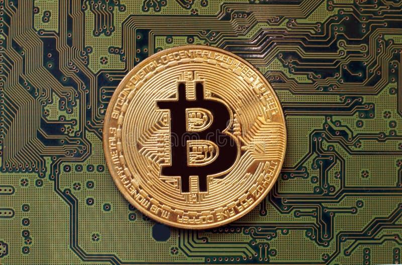Bitcoin sur une carte électronique de vert photographie stock