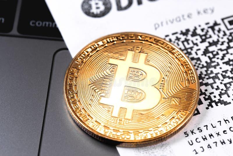 Bitcoin symbol med privat tangent royaltyfri foto