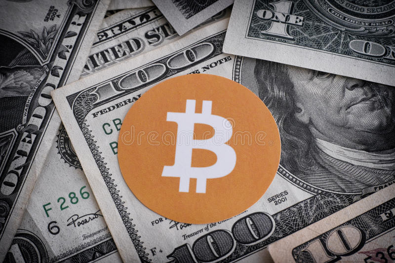 Bitcoin symbol på US dollar arkivbilder