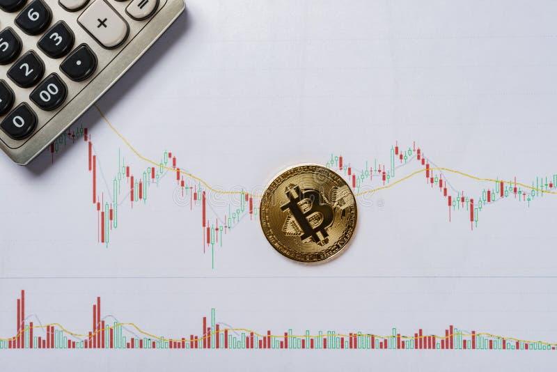 Bitcoin und caculator auf einem Kerzenständer entwirft Diagramm lizenzfreies stockfoto