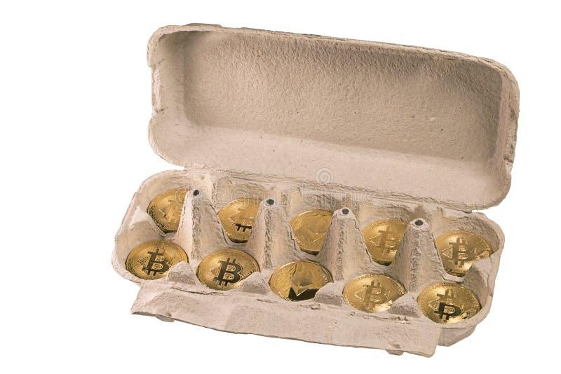 Bitcoin und Ethereum in der Eierverpackung Draufsicht im Winkel auf Weiß stockfotos
