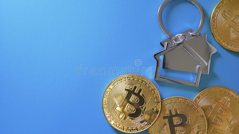 Bitcoin und Hausmodell in der Form von keychain stockbilder